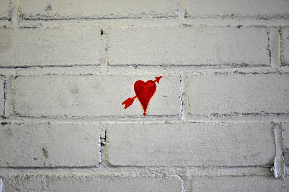 cihlová zeď se srdcem