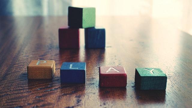 barevné kostky na dřevěném stole.jpg