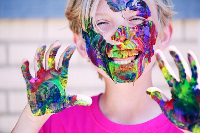 smějící se chlapec upatlaný od barev.jpg