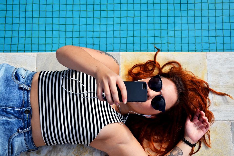 odpočinek u bazénu